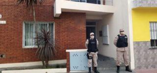 La fuerza federal realizó múltiples allanamientos realizados en San Lorenzo y localidades cercanas. Detuvo a siete personas e incautó casi ocho kilos de cocaína y marihuana, más de dos millones y medio de pesos, armas de fuego y gran cantidad de municiones.